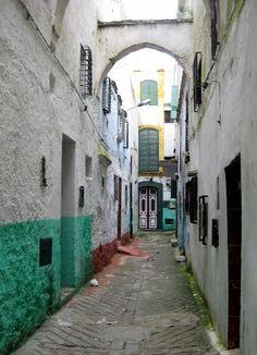 Una calle verde turquesa en el Mellah de Tetuán, Carlos Cuerda