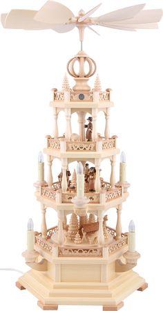 Traditionelle, vierstöckige Weihnachtspyramide mit elektrischem Antrieb.
