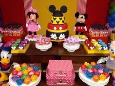 Cupcakes coloridos, combinando com a saia ;-)
