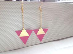 Découvrez Boucles d'oreilles cuir, triangles doré, et triangle rose en cuir  sur alittleMarket