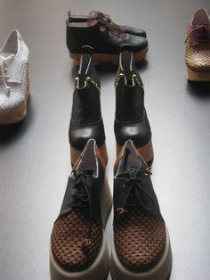 Seguindo a paixão pela construção do sapato, a Xperimental Shoes procura explorar diferentes e inovadores acabamentos de peles, aplicando-as em solas e formas vanguardistas, criando assim, um novo conceito de sapato.    Sem excluir as principais tendências, a Xperimental Shoes desafia, explora e desconstrói a moda, através de uma nova forma de pensar e idealizar – experimenta...MUUDA ;)