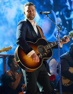 Justin Timberlake made the audience (including Taylor Swift) shimmy during his American Music Awards performance.