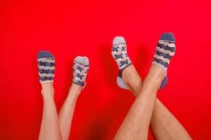 SOLOSOCKS The Summer Sock - SOLOSOCK™ is a pack of 5 or 7 single socks that are different but designed to mix and match. As mentioned the benefits are that you do not need to pair socks any more and youwill avoid discarding pairs when one is damaged? Birkenstock Florida, Socks, Mens Fashion, Sandals, Summer, How To Wear, Clothes, Geek, Style