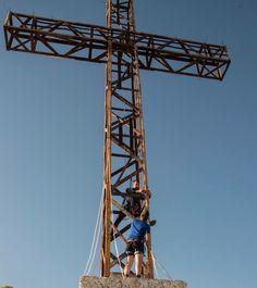 Montando la iluminación en la Cruz de La Muela. Foto: Gaspar Poveda.