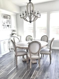 Get inspired by these dining room decor ideas! From dining room furniture ideas, dining room lighting inspirations and the best dining room decor inspirations, you'll find everything here! Farmhouse Dining Room Table, Dining Room Table Decor, Dining Room Design, Dining Room Furniture, Round Dining Room Tables, Dining Room Chandeliers, Kitchen Chandelier, Kitchen Lighting, White Round Kitchen Table