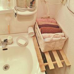 洗面所横の狭いスペースでも、突っ張り棒とすのこで棚を作れば、その上が収納スペースに。どちらもダイソーで手に入る商品ですよ。