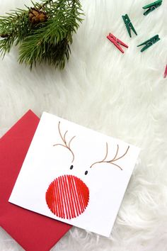 ▷ 1001 + ideas on how to make beautiful Christmas cards yourself .- ▷ 1001 + Ideen, wie Sie schöne Weihnachtskarten selber basteln Reindeer with a red nose made of thread, making Christmas cards with children -
