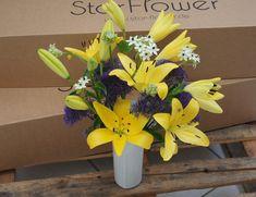 Yellow Diamond - Blumenabo von StarFlower Strahlend wie die Frühlingssonne leuchten die Lilien mit ihren goldgelben Blüten. Blumenabo von StarFlower - Jetzt kennenlernen! Star Flower, Flowers, Plants, Getting To Know, Lilies, Light Fixtures, Creative, Plant, Royal Icing Flowers