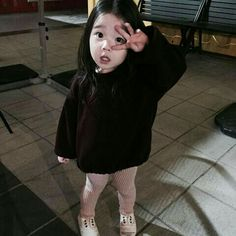 Lindaaaa... Ain que vontade de adotar essa coisinha fofa Cute Asian Babies, Korean Babies, Asian Kids, Cute Babies, Cute Little Baby, Cute Baby Girl, Cute Outfits For Kids, Cute Kids, Cute Korean