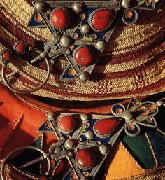 Fibules en argent de Haute Kabylie, ornées d'émaux et serties de corail rouge (Musée national du Bardo-Alger)