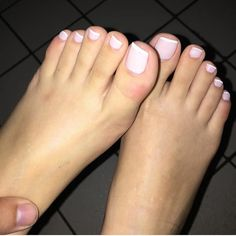"172 Me gusta, 3 comentarios - @showfeet en Instagram: ""@footqueenbee ❤️"" Pink Pedicure, French Pedicure, Cute Toes, Pretty Toes, Beautiful Toes, Beautiful Tattoos, Toe Nail Art, Toe Nails, Sexy Makeup"