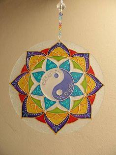 Mandala feita em vidro, com técnica de pintura vitral;  Para pendurar em qualquer ambiente  fio com contas de acrílico. R$ 60,00