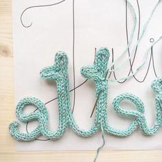 DIY - Der Name Knit Tuto und alle Tricks, um ein schönes Wort in . Crochet Diy, Crochet Motifs, Tunisian Crochet, Crochet For Kids, Alphabet Au Crochet, Crochet Letters Pattern, Loom Knitting, Knitting Patterns, Crochet Patterns