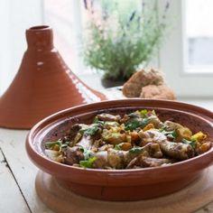 Tajine met kip, abrikozen en rozijnen - Dille & Kamille - sinds 1974 Couscous, Tajin Recipes, Fall Recipes, Healthy Recipes, Vegan Sushi, Vegan Smoothies, Vegan Kitchen, Arabic Food, Asian Cooking