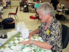 """Diane Gaudynski """"A New Tradition in Quilting"""": Moving the Quilt in a Home Machine"""