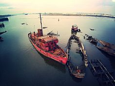 Where ships go to die- Drone footage shows an eerie ship graveyard in New York … Known for its towering skyscrapers and packed subways, New York City has some eerie sides to offer for the curious onlookers. Abandoned Ships, Abandoned Places, Flight Lessons, Aerial Footage, Ghost Ship, Abandoned Amusement Parks, Staten Island, Aerial Photography, Night Life