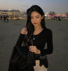 Black Hair Korean, Korean Hair Color, Cute Asian Babies, Cute Korean Girl, Mode Ulzzang, Ulzzang Girl, Girl Korea, Instagram Pose, Ulzzang Fashion