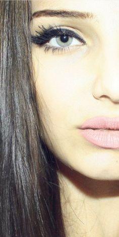 olhos marcantes e boca discreta