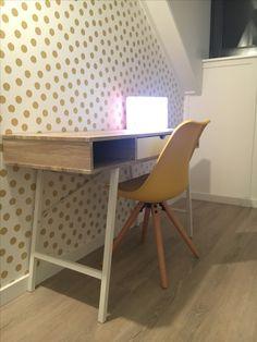 Meiden bureau samen met eijffinger rice golden dots behang