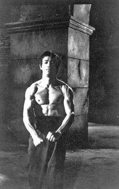 Bruce Lee Doing Warming up. Bruce Lee Master, Bruce Lee Art, Bruce Lee Family, Bruce Lee Martial Arts, Way Of The Dragon, Enter The Dragon, Kung Fu, Eminem, Bruce Lee Chuck Norris