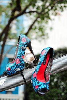 Great for weddings and christenings :) Iron fist red and teal skull shoes. Hot Shoes, Crazy Shoes, Me Too Shoes, Shoes Heels, Model Street Style, Heeled Boots, Shoe Boots, Shoe Bag, Jimmy Choo