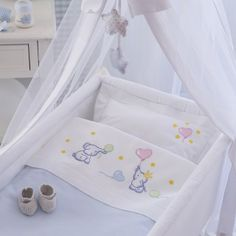 Lenzuolino culla, cotone disegnato Baby Crib Sheets, Baby Bedding Sets, Baby Embroidery, Simple Embroidery, Baby Sewing Projects, Cross Stitch Baby, Baby Bedroom, Baby Decor, Baby Patterns