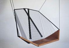 L'altalena di Félix Guyon. La seduta sospesa Solo Cello ispirata a modello un paio di orecchini.