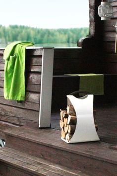 AIKA Hali -puunkannin säväyttää ulkonäöllään. Suunnittelija: Henri Sydänheimo. - AIKA Hali -stand helps for carrying firewood. Design: Henri Sydänheimo. Firewood, Cottage, Outdoor Decor, Green, Modern, Decoration, Home Decor, Design, Decor