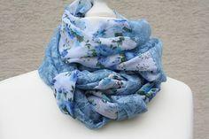 Hier das nächste Exemplar der Kollektion Loopmania: dieses Mal ein besonders edles und elegantes Exemplar aus hochwertigem Chiffon in blau geblümt und Spitzenstoff in hellblau. Beide Stoffe sind...