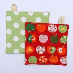 Reversible pot holders - Retro Apples on red & whits dots on green - by monkeyandbee on madeit