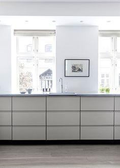 Det eksisterende køkken blev bevaret men malet med Farrow & Ball Hardwick White No. 5. Bordpladen er en dueblå-grå lavasten fra Made a Mano
