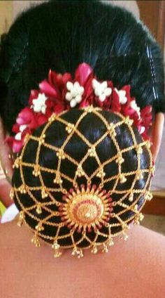 What a beautiful large low bun with real flower gajra & covered with golden net ! Care however should be taken before adopting such hairstyles, as due to it's high static charge, it will cause phlegm to move up in the throat, causing the voice to quaver & a frequent urge to clear the throat. A heavy chabi chhalla with a long & wide hook if inserted at the edge of the pleats of the saree, will reduce this problem as it's hook will activate the acupressure points that act to keep the throat… Saree Hairstyles, Indian Wedding Hairstyles, Bride Hairstyles, Jewelry Design Earrings, Hair Jewelry, Jewellery, Flower Bun, Bridal Hair Buns, Bridal Makeup Looks