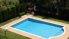 En la piscina se puede tomar un baño y claramente el sol. Aquì podemos también divertirse con las personas que nos amamos.