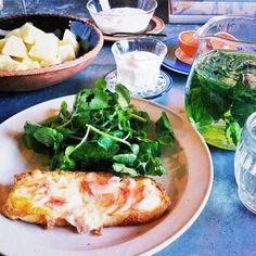 私は桜海老のチーズトーストとクレソン海苔和え。夫は石垣島パインとヨーグルトで朝ごはん。 大好きな三田の仏料理店のアミューズによく登場する桜海老トースト、いつもお代わりしたくなるほどの好物。今日は満喫♪ - @Tanya Kreutz- #webstagram