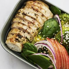 Örtbakad kyckling med äpple, broccoli och pestokräm är den ultimata matlådematen.