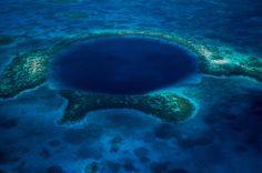 Het Grote Blauwe Gat - Belizebr /Het Grote ... Het Grote Blauwe Gat van Belize is een zinkgat van zo'n 300 meter breed. Het is 126 meter diep, maar als je er in afdaalt, zal je geen steek zien. Door een gebrek aan zuurstof in het water is er ook amper leven in het gat. Wetenschappers vermoeden dat het gat er kwam, nadat een ondergronds grottensysteem ongeveer 10.000 jaar geleden instortte.