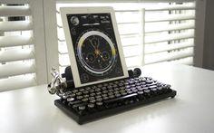 Evie de vous prendre pour un écrivain du XIXe siècle ? La célèbre machine à écrire Underwood de 1873 (ou Remington) revient en 2015 avec un clavier USB-Bluetooth qui s'adapte à votre tablette, laptop ou votre ordinateur de bureau. The Qwerkywriterest un concept lancé sur Kickstarter qui va voir le jour en 2015. Début des…