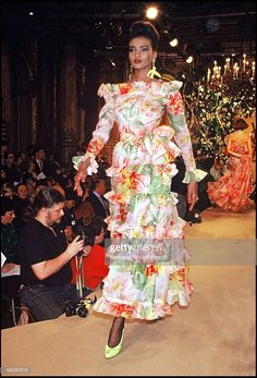Yves Saint Laurent 1988 Spring/Summer Ready-To-Wear Fashion Show. Get premium, high resolution news photos at Getty Images 80s Fashion, Fashion Brands, Fashion Show, Fashion Looks, Saint Laurent Perfume, Yves Saint Laurent Paris, Vintage Ysl, Vintage Fashion, Dior