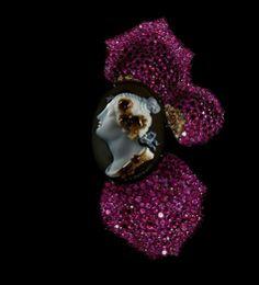 """Broche """"Pétale de rose et Camée"""" (2011) composée de rubis et de diamants. Elle est montée sur argent et or. Collection priviée. Photo par Jozsef Tari. Courtesy of JAR, Paris."""