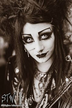 Elegance in Darkness — itsblackfriday: Quite fond of this snap from… Elegance in Darkness – itsblackfriday: Ziemlich gern diesen Schnappschuss von … Gothic Makeup, Fantasy Makeup, 80s Goth, Punk Goth, Goth Beauty, Dark Beauty, Dark Fashion, Gothic Fashion, Gothic People