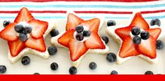 Mini Fruit Pizzas of July Style} Mini Fruit Pizzas, Easy Fruit Pizza, Sugar Cookie Pizza, Cut Strawberries, Yummy Snacks, Tasty Dishes, Fourth Of July, Sweet Treats