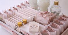 Kit toalete feminino com absorventes, curativos adesivos, remédios, fio dental e outros itens