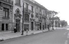 La calle de #Tonala, vista hacia el sur a la altura del cruce con #Colima en la década de los 70. Esta fotografía es una muestra de la arquitectura de estilo ecléctico que caracteriza a la #ColoniaRoma; todos los inmuebles que aparecen en ella continúan en pie. Imagen: #MarioGonzalez Vía @Candidman