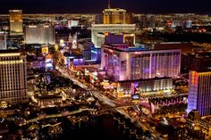 Você pode encontrar cassinos por toda Las Vegas, mas estará perdendo os melhores e mais famosos se não for para a Strip. Esta longa avenida está rodeada de hotéis chamativos, cujos proprietários não poupam nenhuma despesa para fazer os visitantes sentirem-se como parte de um mundo de fantasia. Quase todos os cassinos na Strip também são hotéis temáticos, fazendo com que você tenha a sensação de estar em um país ou época diferentes.