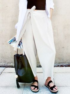 The Cool-Girl Trousers That Will Instantly Update Your Look 38 Surprisingly Cute Street Style Looks That Make You Look Fabulous – The Cool-Girl Trousers That Will Instantly Update Your Look Source Fashion Details, Look Fashion, Fashion Design, Fashion Trends, Fashion Black, Milan Fashion, Fashion Styles, Fashion Dresses, Black And White Outfit