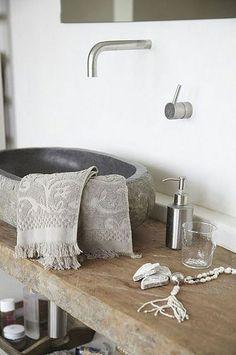 Badkamerinspiratie: houten wastafelblad met waskom van natuursteen via de style-files.com
