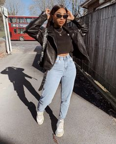 vintage jeans - all white shoes -cropped leather jacket - black t crop top black sunglasses - edgy look Edgy Outfits, Mode Outfits, Winter Outfits, Summer Outfits, Fashion Outfits, Looks Style, Looks Cool, Fashion Killa, Look Fashion