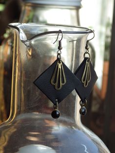 Boucles d'oreilles en cuir recyclé. Garniture en laiton de la boutique Perles à tout va Création unique By LoCa