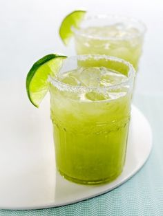 St Patrick's Cocktails: Get Lucky Margarita 3 oz Kiwi Strawberry Sparkling ICE (Available at most Grocery Stores) Tequila Splash of Triple Sec Fresh Squeezed Lime Shake and pour into a chilled rocks glass rimmed in salt Margarita Recipes, Skinny Margarita, Avocado Drink, Avocado Juice, Ripe Avocado, Cocktail Vodka, Cocktail Recipes, Yummy Drinks, Gastronomia