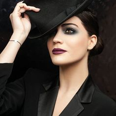 Add a touch of glam and sensuality with a makeup look that focus both on eyes and lips. Art Of Beauty, Glamorous Makeup, Festival Makeup, Smokey Eye, Festive, Makeup Looks, Acting, Lips, Glamour